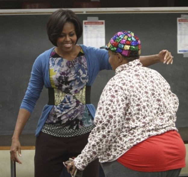 U.S. first lady Michelle Obama (L) hugs fellow voter Anna Roberts after casting her ballot at an early voting polling place in Chicago, October 14, 2010. A Reuters-Ipsos poll shows American voters are unhappy about high unemployment and are set to oust President Barack Obama's Democrats from control of the U.S. House of Representatives in Nov. 2 elections.REUTERS/John Gress (UNITED STATES - Tags: POLITICS ELECTIONS)
