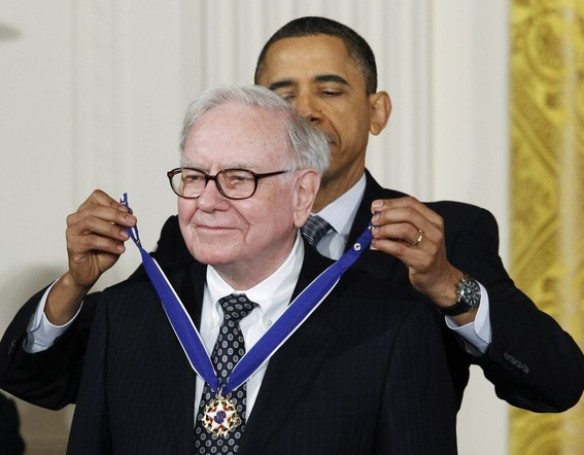 Investor and philanthropist Warren Buffet receives the Medal of Freedom from U.S. President Barack Obama at the White House in Washington February 15, 2011. REUTERS/Kevin Lamarque (UNITED STATES - Tags: POLITICS BUSINESS)